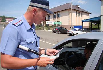 Инспектор ГИБДД проверяет документы