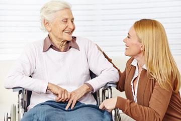 Пожилая женщина в инвалидной коляске