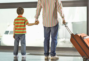 Ребенок покидает страну в сопровождении отца