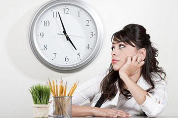 девушка ожидает окончания рабочего дня